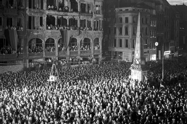 Black and white photograph of the reception of the newly elected Federal President Theodor Heuss on the market square in front of the Old Town Hall in Bonn.