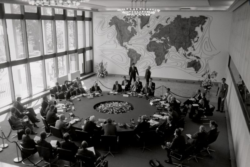 Black and white photography of the Weltsaal hall in the Foreign Office Bonn