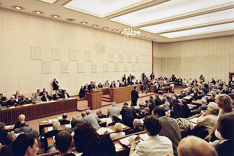 Voll besetzter Plenarsaal der Bundesratssitzung, mittig vor der Wand ein Rednerpult, dahinter die 16 Länderwappen.