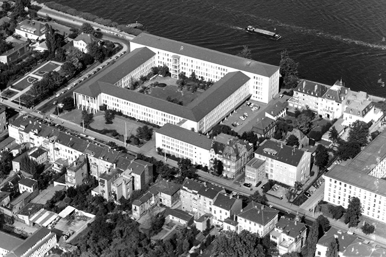 Black and white aerial view of the Federal Ministry of Posts and Telecommunications, next to it the Rhine.