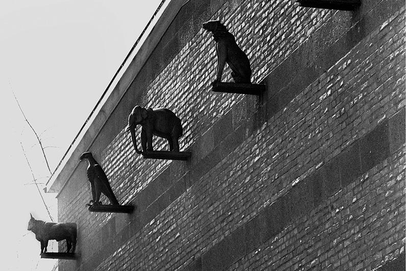 Schwarzweiß-Fotografie mit Blick auf die bronzenen Tierplastiken an der Backsteinfassade des heutigen Bundesrechnungshofes