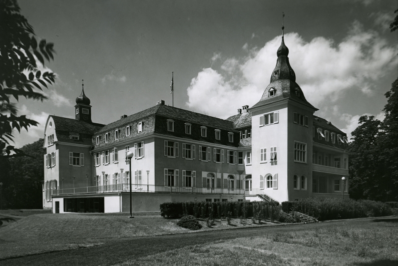 The three-storey Deichmannsaue Castle with its saddle roof and onion dome.