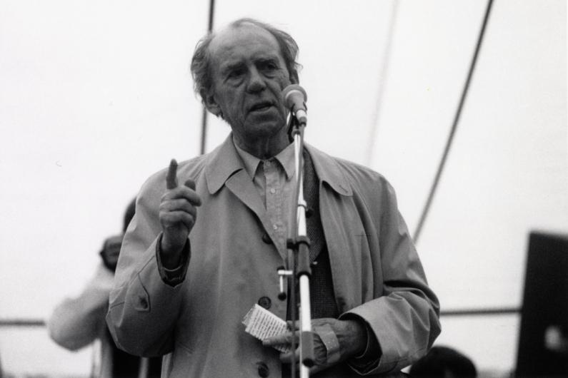Black and white photograph of Heinrich Böll, speaking in the Hofgarten in Bonn.