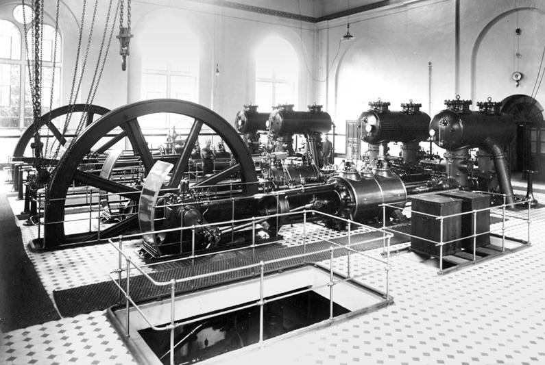 Schwarzweiß-Fotografie, ein großer Raum des Wasserwerks mit einer alten Pumpanlage, die bis in die 1950er Jahre Grundwasser fördert