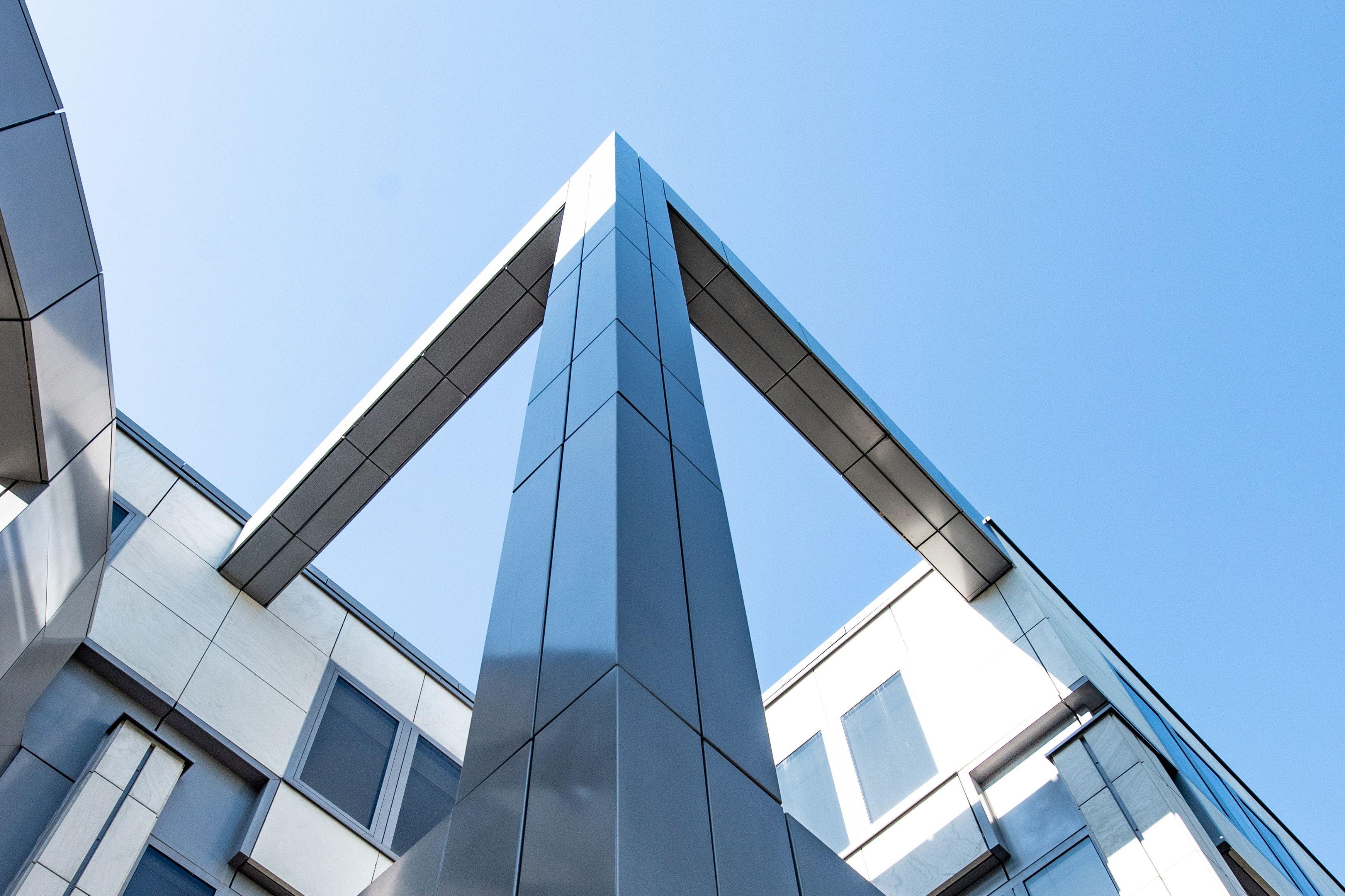 Blick von unten hoch an der freistehenden Säule des Thomas-Dehler-Hauses, in der Mitte des Gebäudes.