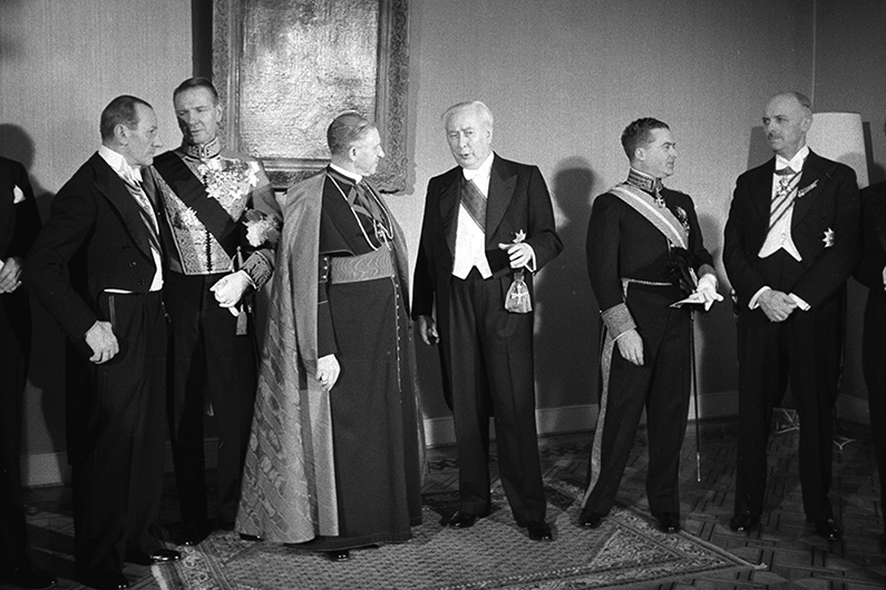 Black and white photography with festively dressed men in tail coats.