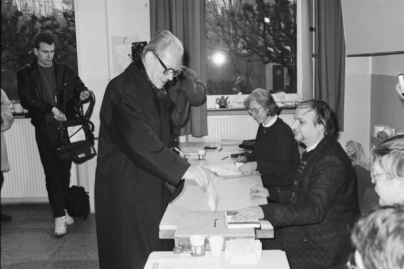 Schwarzweiß-Fotografie, Altkanzler Willy Brandt (SPD) wirft seinen Stimmzettel in die Wahlurne eines Unkeler Wahllokals
